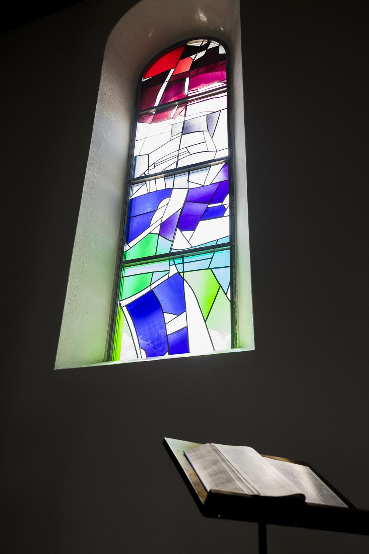Eglise Saint-Marie-Madeleine et vitraux de Yves Voirol – Les Genevez